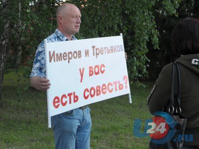 Пикетчики стоят на своем: Откин у мэрии Миасса, Бурнаев возле урны
