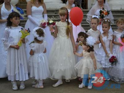 Белое платье, белая фата: в Симе прошел «Парад невест-2014»