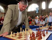 Анатолий Карпов проведет со школьниками сеанс одновременной игры