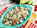 Встречаем лето: 10 освежающих салатов из томатов и огурцов