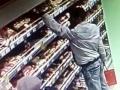 Опознали по видео: миасские полицейские задержали магазинного похитителя колбасы