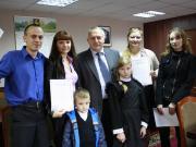 Молодые семьи получили сертификаты на жилье