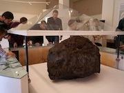 Метеорит поместили под купол