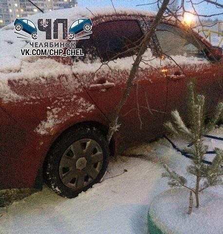 Нетрезвая 17-летняя девушка за рулем иномарки вылетела на детскую площадку в Челябинске