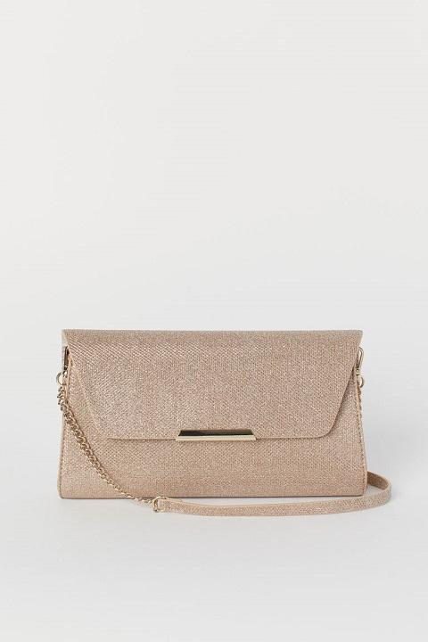 4b32bfbaccb8 Эту сумочку вы можете носить как с узким ремешком, так и без него. В него  войдет все самое необходимое для вечеринки, а золотистый цвет придаст  вашему ...