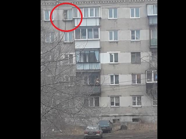 Танцующий ребенок накарнизе 5-го этажа шокировал челябинцев