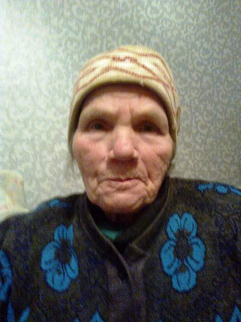 Пожилая женщина в резиновых фото 625-488